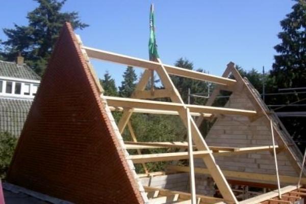Aanbouw erker met puntdak aan woonhuis in Hilversum