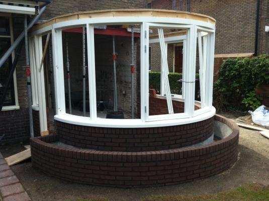 Aanbouw ronde erker aan woonhuis in Hilversum