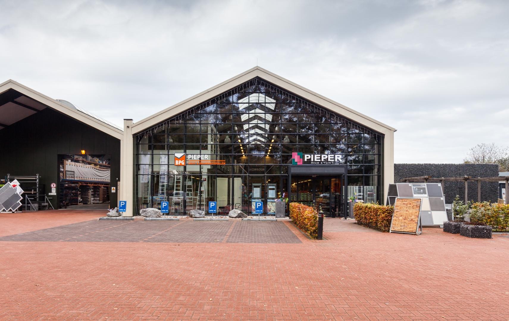 Nieuwbouw bedrijfspand met winkel, showroom, opslag en kantoor voor Pieper Bouw & Tuin in Ermelo