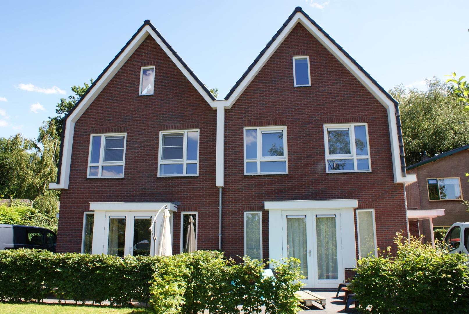 Nieuwbouw van een ruim dubbel woonhuis met erkers aan de Zeeweg in Ermelo