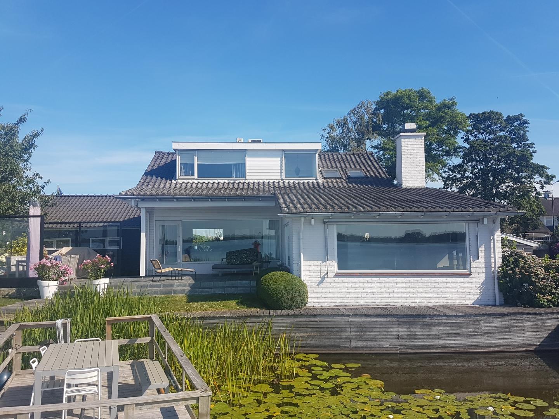 Transformatie vrijstaande villa aan het water te Loosdrecht.